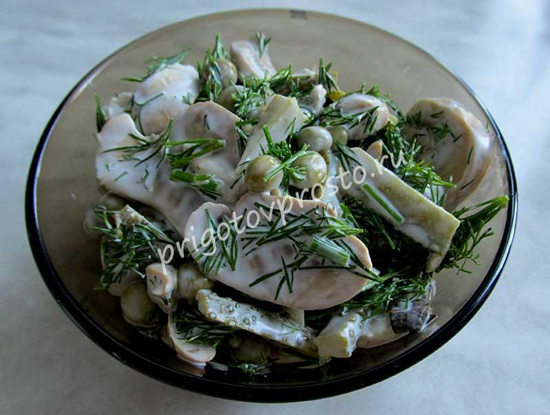 Простой салат с консервированными шампиньонами