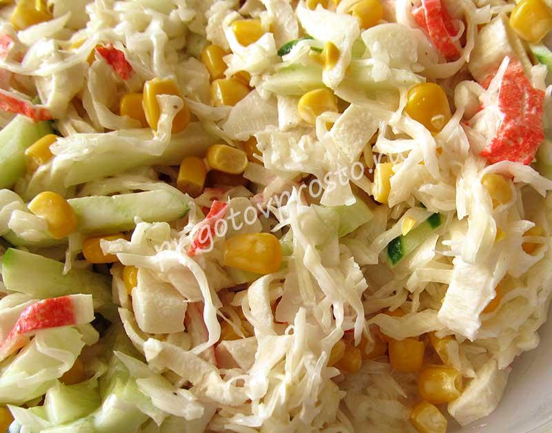 салат из свежей капусты с крабовыми палочкам