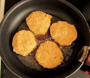 Как только масло прогреется, формируем руками нетолстые котлетки и обжариваем их на среднем огне с двух сторон.