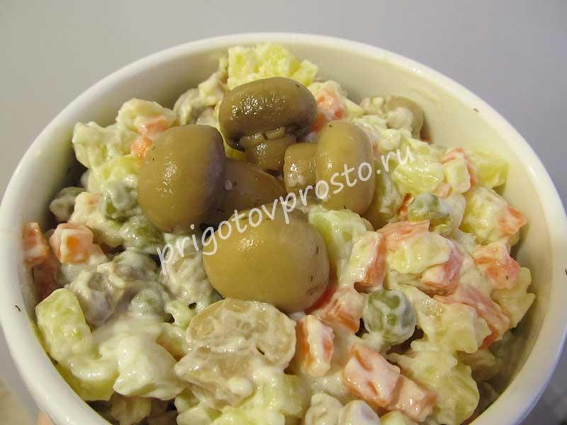 Простой картофельный салат с маринованными грибами