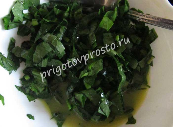 омлет со шпинатом на сковороде