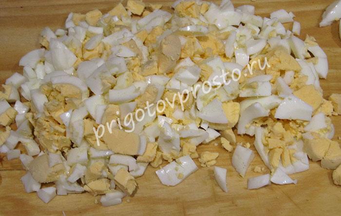 Простой салат с кукурузой и яйцом